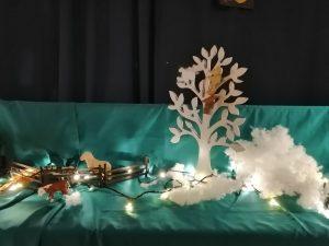 kuva pöytäteatterista, nalle puussa