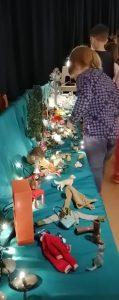 lapset tutkimassa pöytäteatterin tavaroita