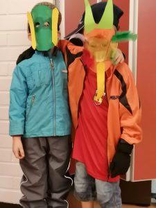 kaksi kaverusta naamioituneena masked singer-hahmoksi