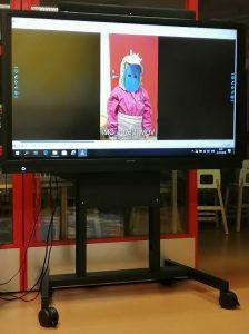 kuva isosta älynäytöstö, jossa lapsi videolla esittelee oman hahmonsa