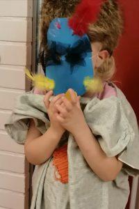 lapsi naamioituneena masked singer-hahmoksi