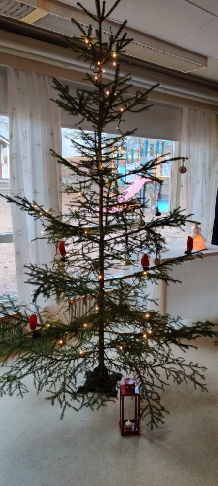 Joulukuusi koristeltuna