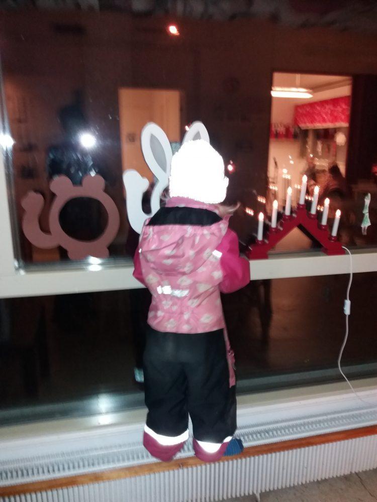 lapsi katsoo ikkunasta ulos pupukurkistuskuvasta