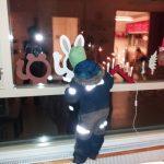 lapsi katsoo pupukurkistuskuvasta ulos ikkunasta