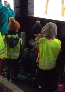 lapsia juomassa lämmintä glögiä grillikodassa