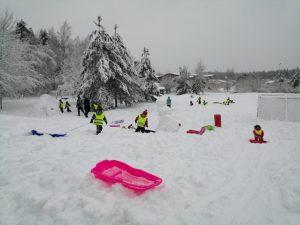 lapsia lumisessa pulkkamäessä