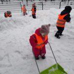 lapsia lumileikeissä puistossa