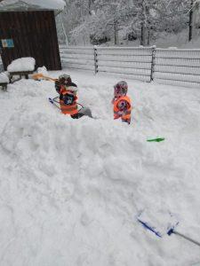 lapset lumileikeissä
