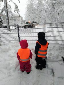 lapset katselebat traktoria lumihommissa