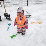 lapsi lumileikeissä