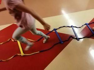 lapsi juoksee juoksutikkailla