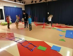 lapsia liikuntaradalla liikkumassa