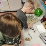 lapset askartelemassa aikakonetta