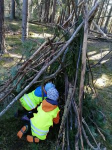 kaksi lasta majassa metsäretkellä