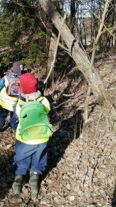 lapsia astumassa metsään