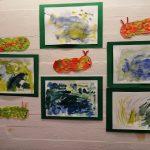 lasten vesivärimaalauksia ja toukka-askarteluja seinällä