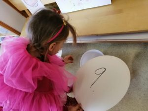 lapsi laittaa äänestysnapin valitsemansa logon kohdalle