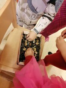lapset valitsevat napin nappilaatikosta äänestystä varten