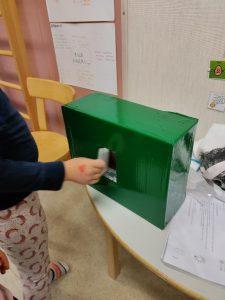 vihreä taikalaatikko, josta lapsi saa matemaattisen tehtävän
