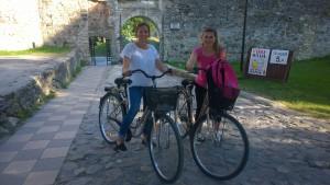 Nina Brander ja Christiane Ala-Nissilä Haapsalun linnan edustalla elokuussa 2015.