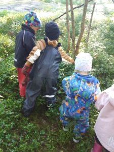 lapset liikkuvat metsässä
