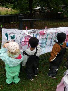 lapset maalaavat puistossa