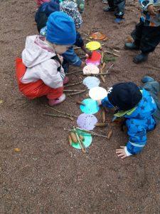 lapset puistossa