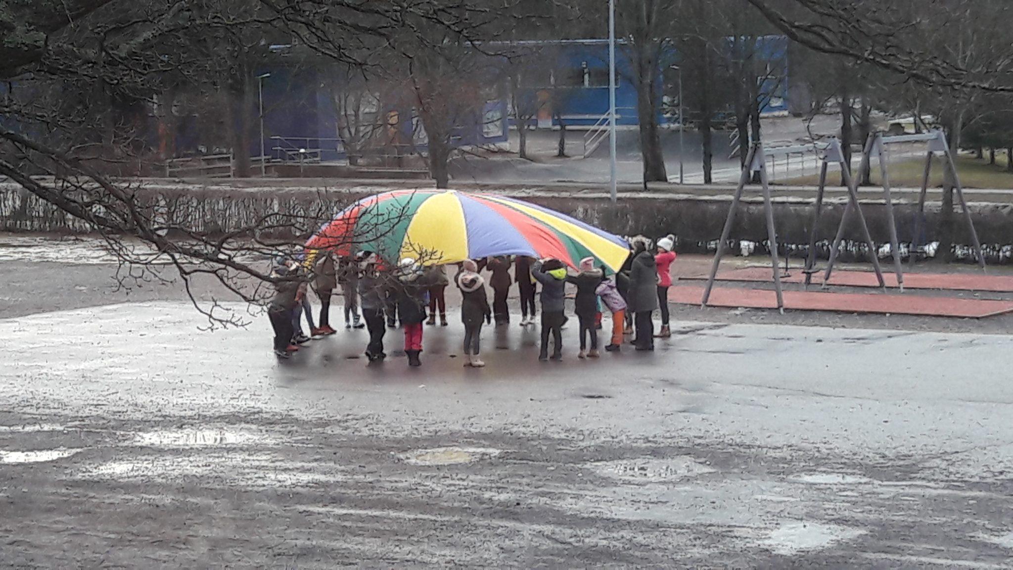 Oppilaita liikuntatunnilla koulun pihalla.