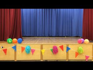 Kuvassa on Pansion koulun liikuntasalin lava, joka on koristeltu vappukoristein.