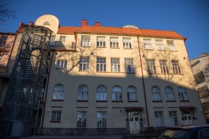 Kuva Puolalanmäen lukion Torninkadun koulutalosta ulkoapäin.