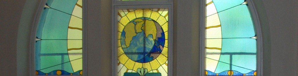 Aurakadun lasimosaiikki, kuvassa maapallo. Kuvituskuva.