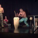 Beniniläinen Noel Saïzonou lyö afrikkalaista bongo-rumpua vauhdikaasti.
