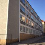 Puolalan koulun Kauppiaskadun koulurakennuksen julkisivu on rapattu ja maalattu Torninkadun puoleisesta sivulta.