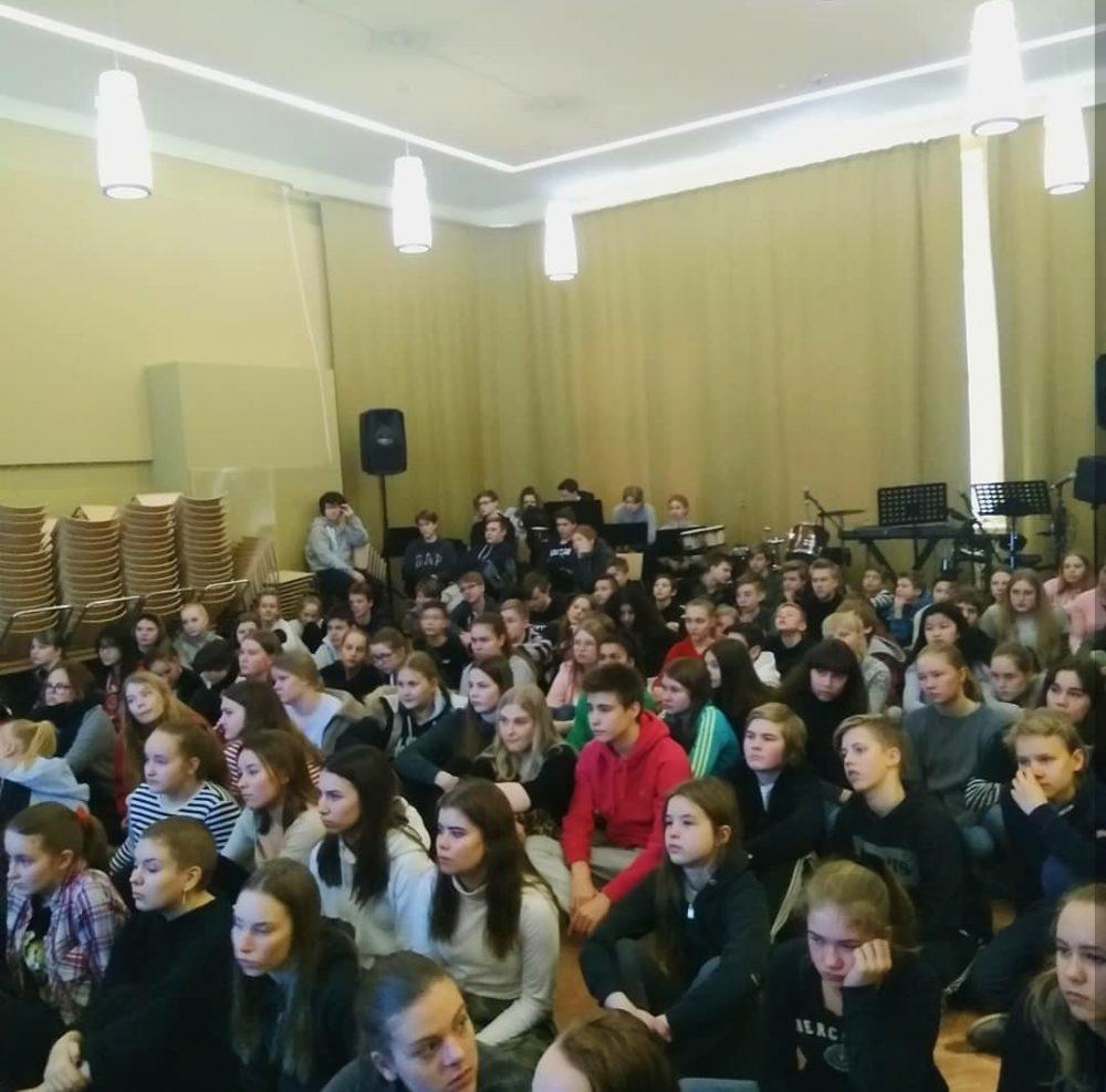 Oppilaat seurasivat tilaisuutta kiinnostuneina!