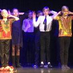 Kahden pojan jongleeratessa taustalle saapui tanssiryhmä.