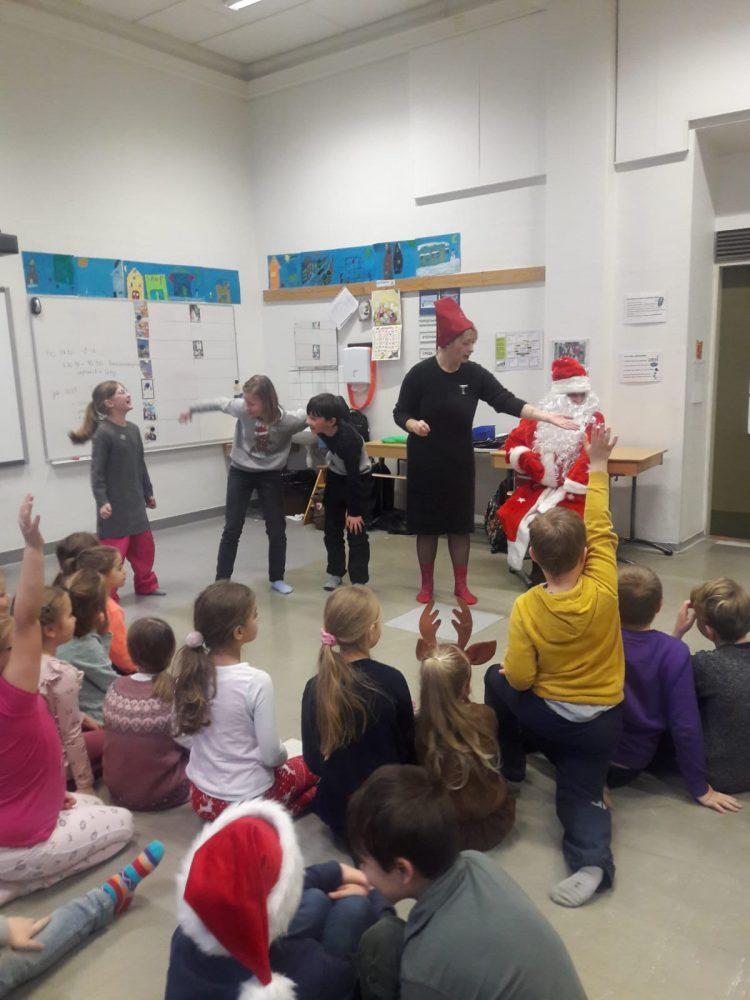 Lapset esittävät näytelmää Pakkasukolle ja oppilaille.