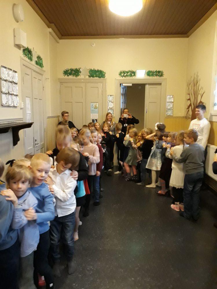 Oppilaat tanssivat letkajenkkaa.