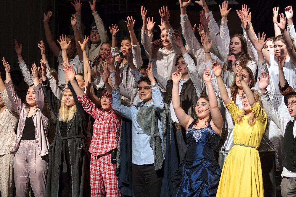 Kaikki esiintyjät musikaalin loppukiitoksissa kädet ylhäällä.