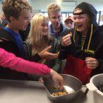 Oppilaat kommentoivat simpukoiden makua.