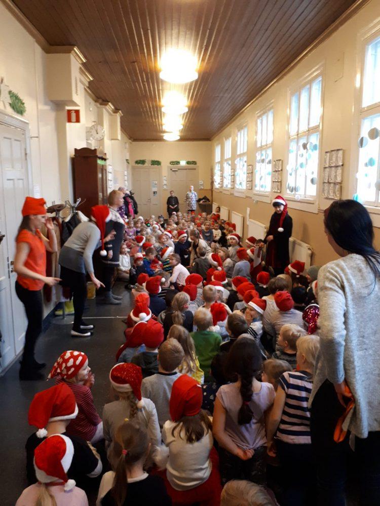 Lapset juhlivat joulukadun avajaisia.