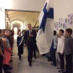 Suomen lippu saapuu juhlaan.