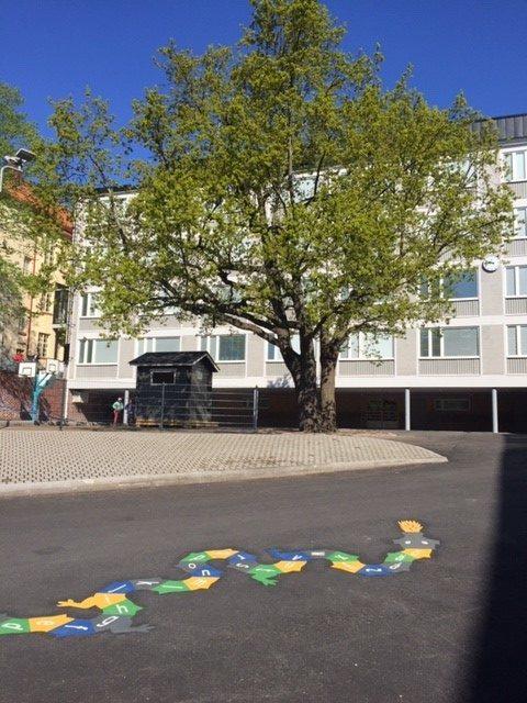 Kauppiaskadun koulurakennus.