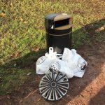 Roskapönttö ja sen vierellä roskienkeruutalkoissa kerättyjä roskia useassa roskapussissa