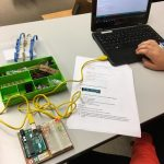 Kuvassa tietokone johon on yhdistetty Arduino rakentelualusta, jossa on toimiva liikennevaloksi koodattu ledisarja.