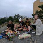 Oppilaat istuvat kalliolla.