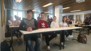 Yhdeksännen luokan oppilaat Osuuspankin Taloustaitokilpailun palkitsemistilaisuudessa.