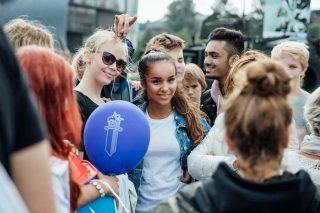 Oppilaat mukana turvallisuustapahtumassa Turun Varvin torilla.