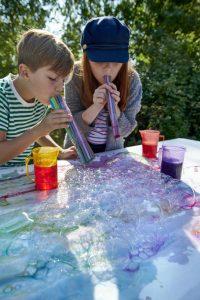 Pröva att göra konst med hjälp av såpbubblor.