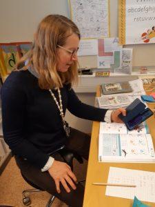 Lärare undervisar elever på distans