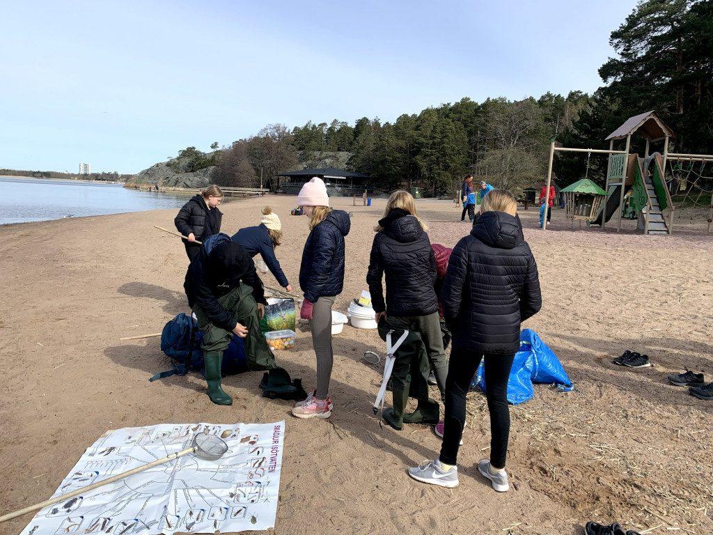 elever på strand